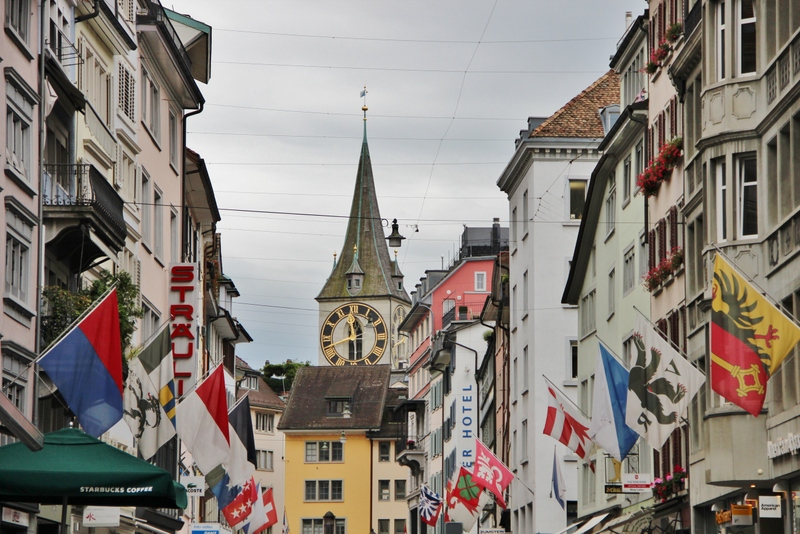 rue-drapeaux-zurich-mylittleroad