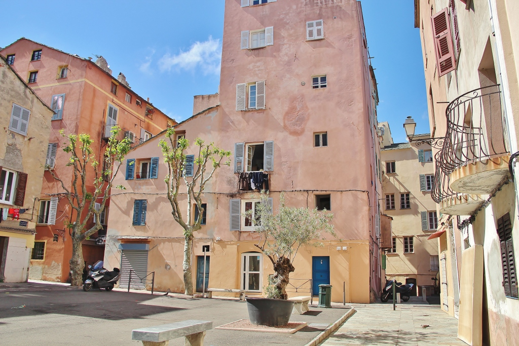 place-bastia-immeubles-roses