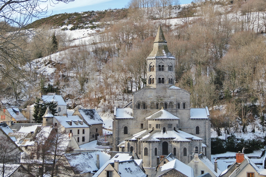 eglise-orcival-auvergne-neige