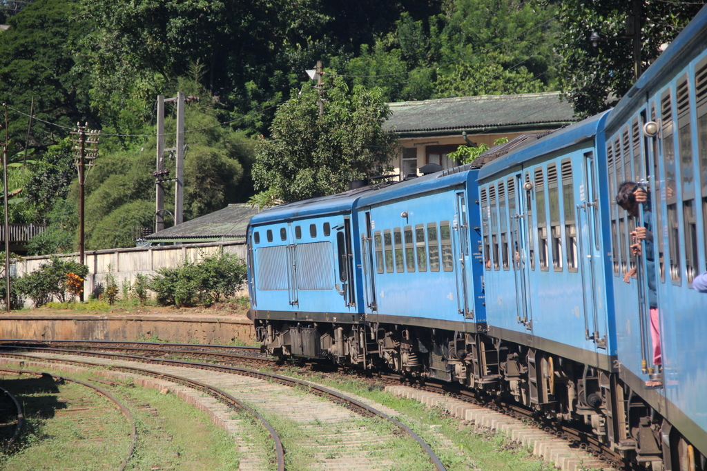 train-bleu-sri-lanka